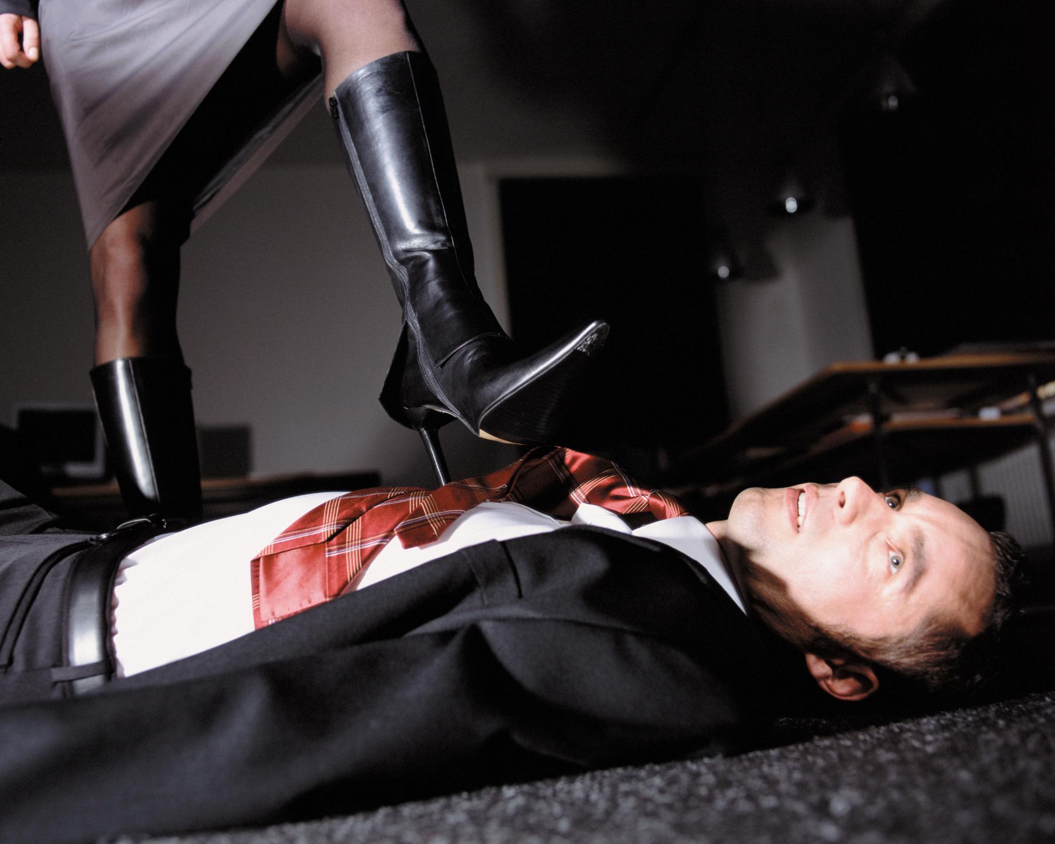 Женщины наступают ногой на мужчину, самое лучшее видео лесби
