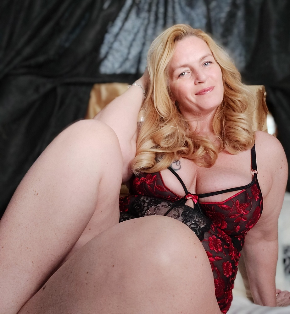 Curvy Amanda Rose